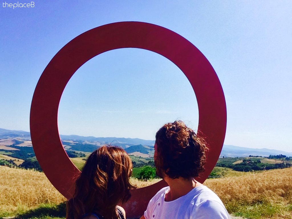 Volterra Cerchio rosso artista Mauro staccioli