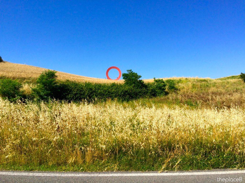 Cerchio rosso luoghi d'esperienza artista Mauro Staccioli